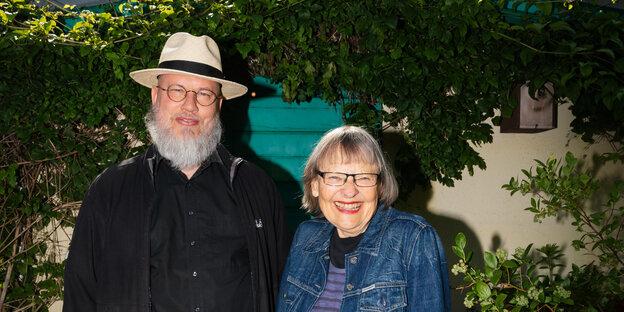 Gabriele Gutzmann (Dr.) (Vereins-Vorsitzende) und Oliver (Webmaster) in der Kleingartenkolonie Am Stadtpark 1 in Charlottenburg-Wilmersdorf Foto: André Wunstorf